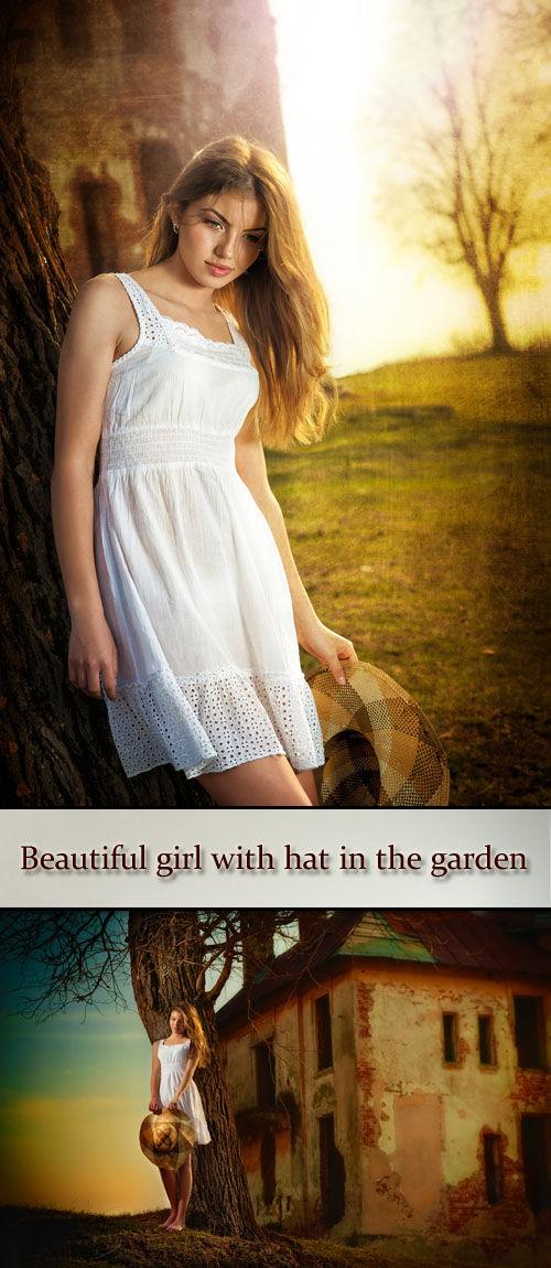 Красивая девушка с распущенными волосами в саду на фоне старого замка. Beau ...