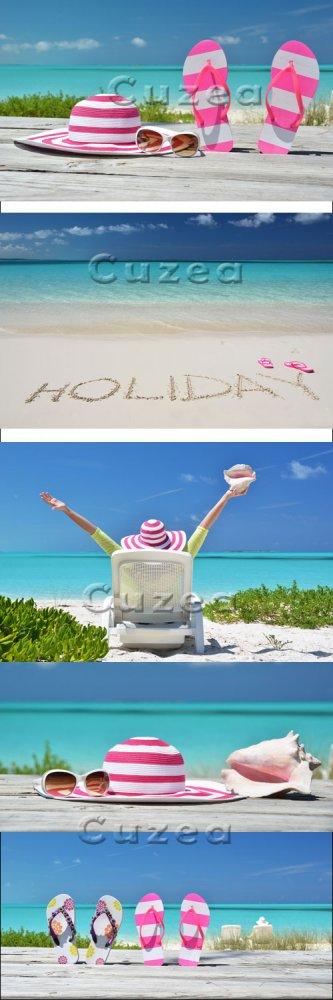 Отдых на пляже/ HOLIDAY writing on the sandy beach - stock photo