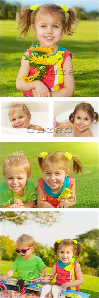 Улыбчивые дети - мальчик и девочка/ Smiled boy and girl - Stock photo