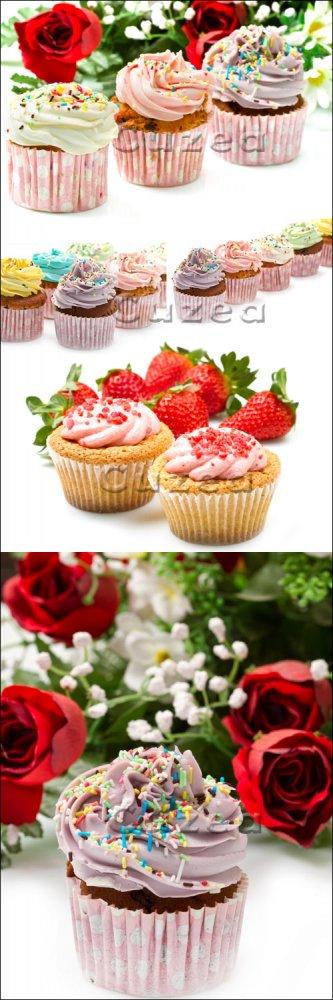 Пирожные и красные розы/ Cake and red roses - Stock photo