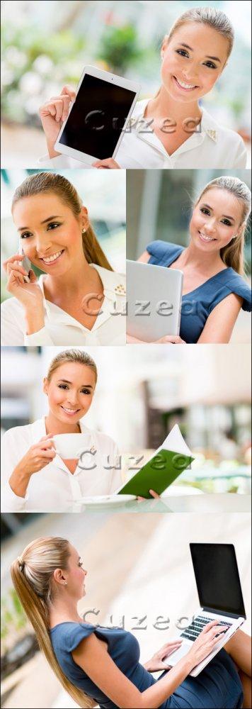 Бизнес леди с ноутбуком, телефоном и чашкой кофе/ Business woman holding la ...