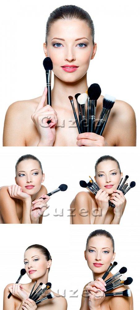 Девушка c кистями для макияжа / Beautiful young woman holding make-up - sto ...