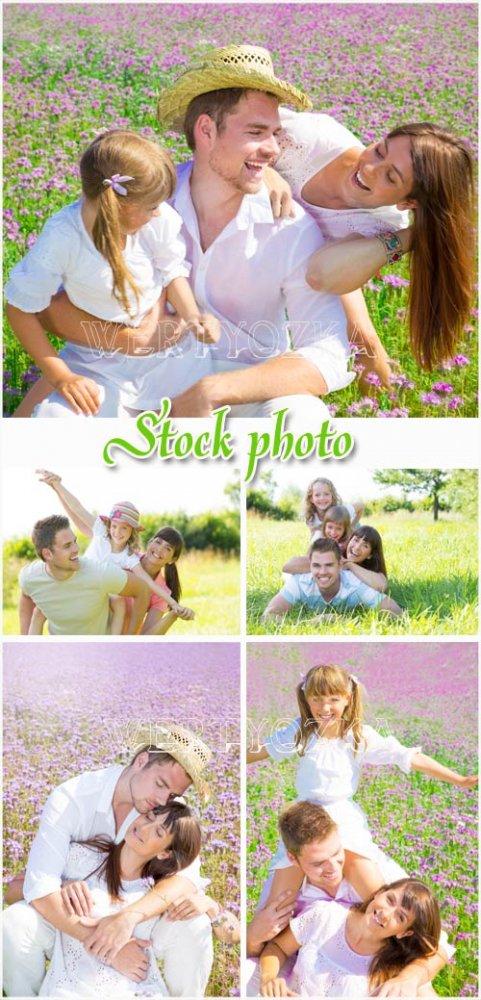 Счастливая семья на природе / Happy family in nature - raster clipart