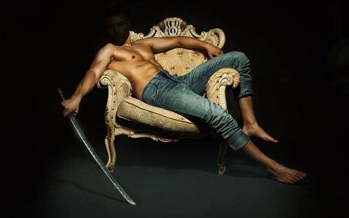 Шаблон мужской - На кресле с оружием в руке