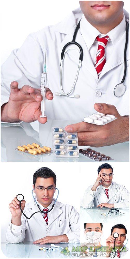 Врач с шприцом и медикаментами, медицина - сток фото