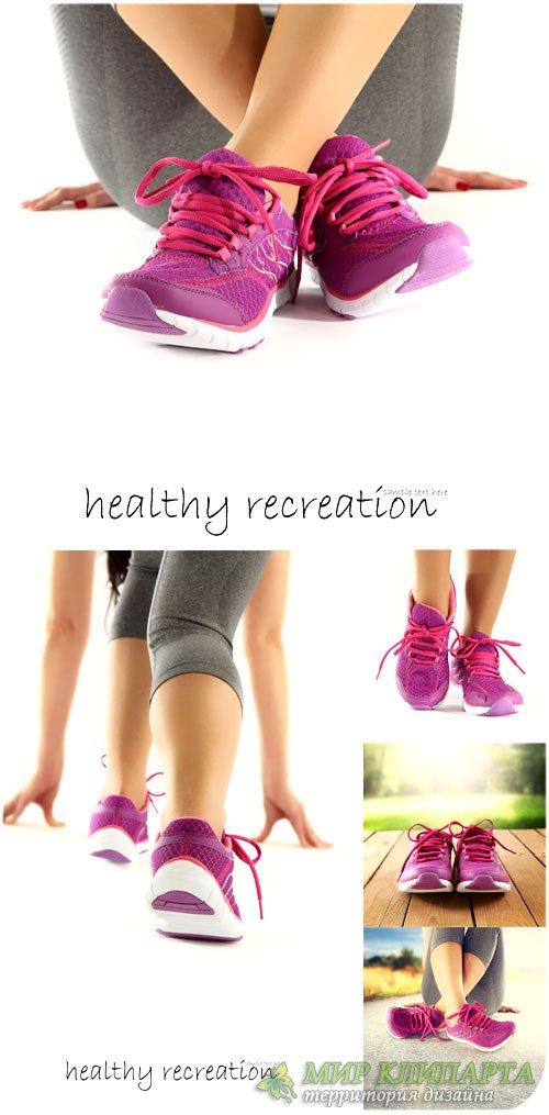 Спортивная обувь, девушка занимается спортом - сток фото