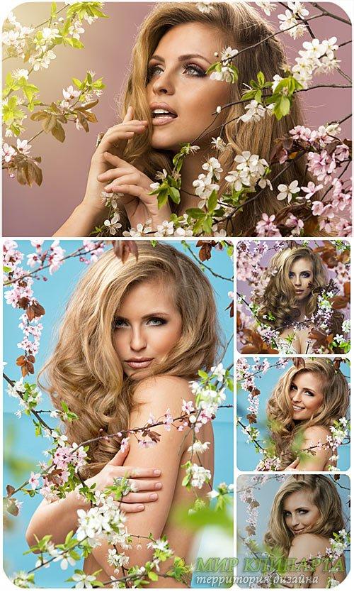 Красивая девушка и весеннее цветущее дерево / Beautiful girl and spring flo ...