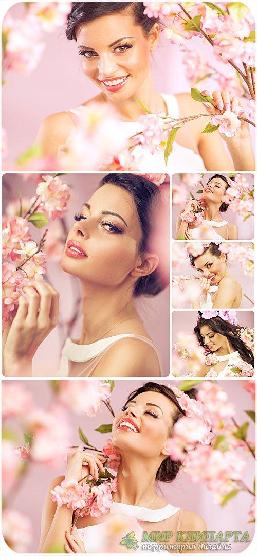 Красивая молодая женщина в весеннем цветущем саду / Beautiful young woman i ...