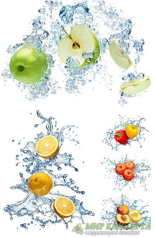 Фрукты, ягоды и овощи в брызгах воды / Fruit, berries and vegetables in a s ...