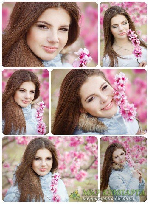 Очаровательная девушка в цветущем весеннем саду / Charming girl in a flower ...