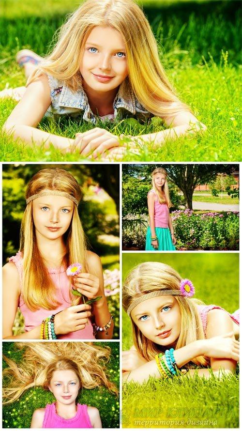 Красивая светловолосая девочка на природе / Beautiful little girl on the na ...